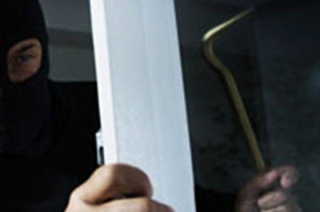 Вор проник в дом, взломав дверь