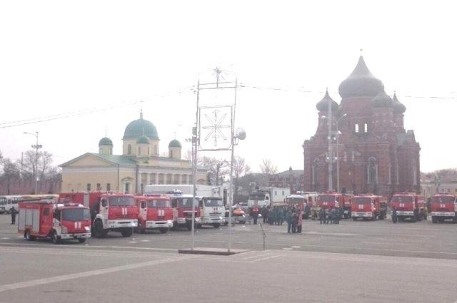 Руководитель МЧС вручил тульским спасателям новые пожарные автомобили ибеспилотники