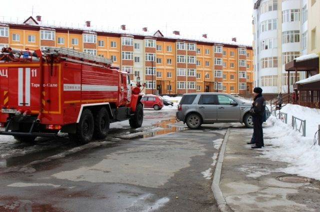 Таркосалинские автомобилисты могут помешать пожарным спасли людей из огня.