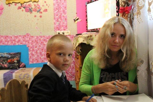 Подопечный центра Антон Сизоненко с мамой готовится к диктанту.