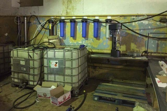 Производство и склады они маскировали под автосервис, склад мебели, пункт приёма металла, гараж.