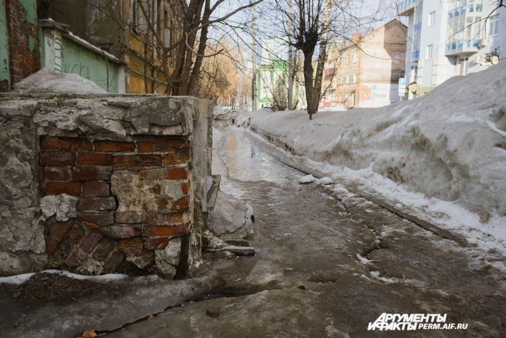 Некоторые тротуары в городе превратились в непроходимую полосу препятствий