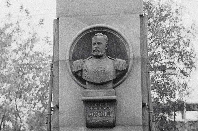 Памятник изобретателю трехлинейной винтовки Сергею Мосину.