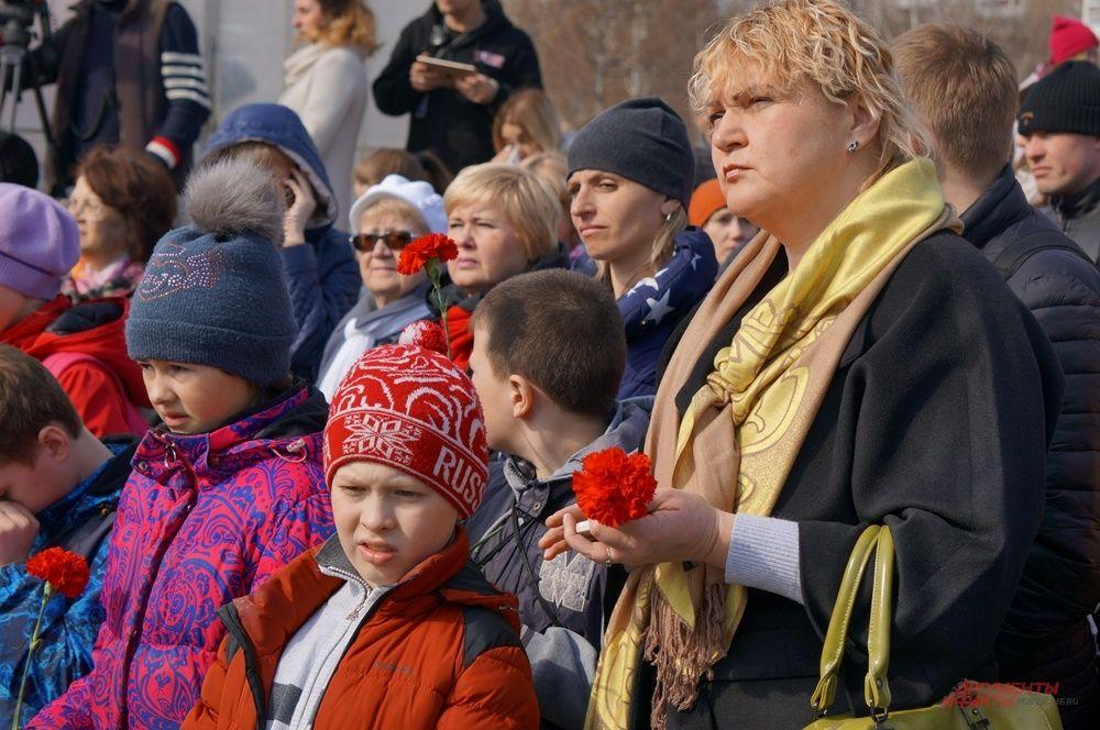 Некоторые школьники пришли группами вместе с учителями.