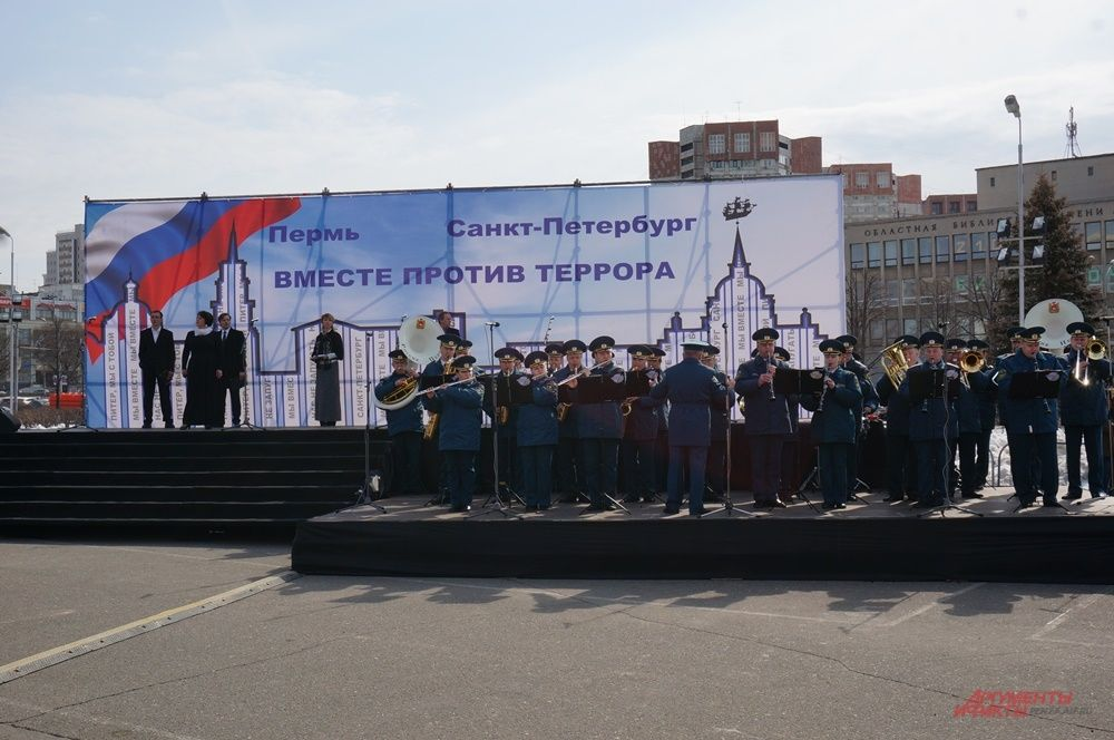 Во время митинга прочли стихи в память о погибших во время терактов россиян.