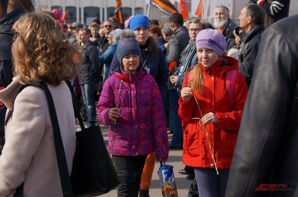 Пермяки продолжали подходить к памятнику уже после начала митинга.