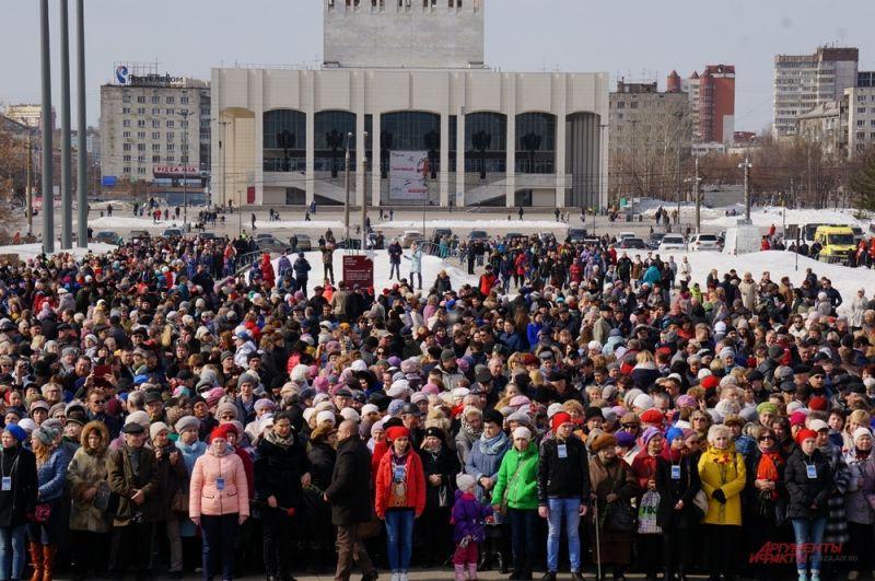 На площади около памятника собрались тысячи пермяков.