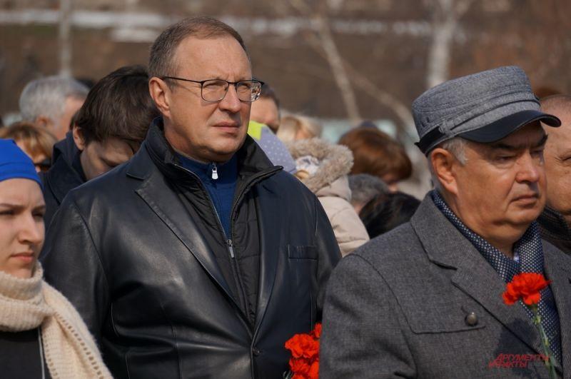 Почтить память пострадавших во время терактов пришёл мэр Перми Дмитрий Самойлов, представители администрации и депутаты.
