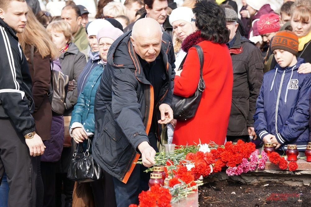 Люди периодически подходили к памятнику, чтобы возложить цветы.