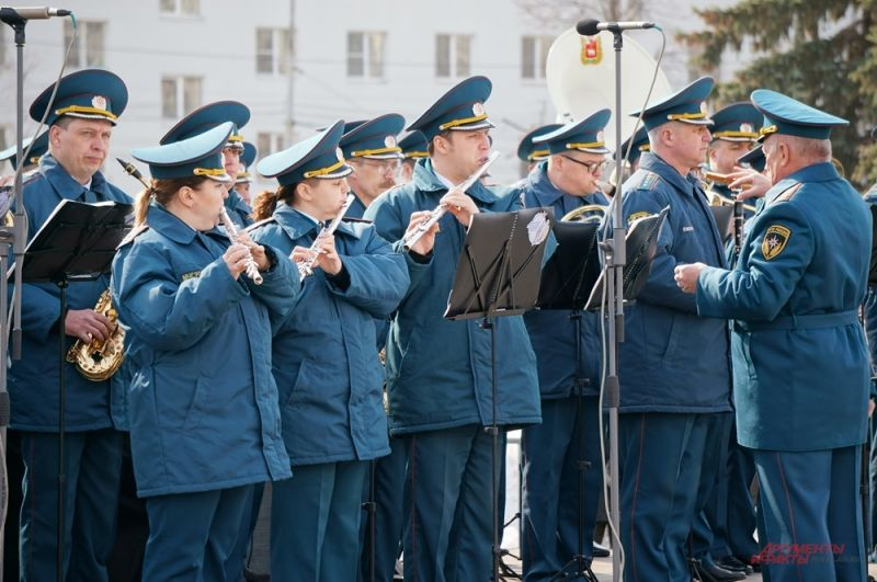 Военный оркестр исполнил трогательную музыку.