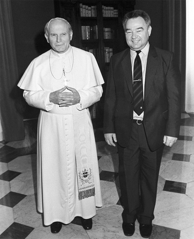 Папа Римский Иоанн-Павел II и летчик-космонавт, дважды Герой Советского Союза Георгий Михайлович Гречко. 1987 год.