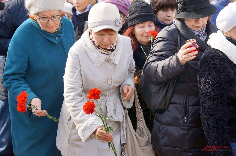 Пермяки несли к памятнику цветы и свечи.