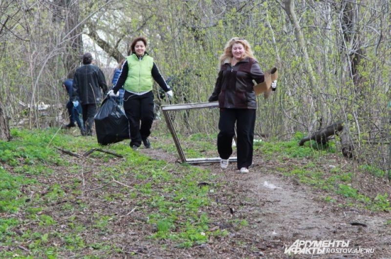 Одни жители города засорили лесополосу, а другие её очистили.