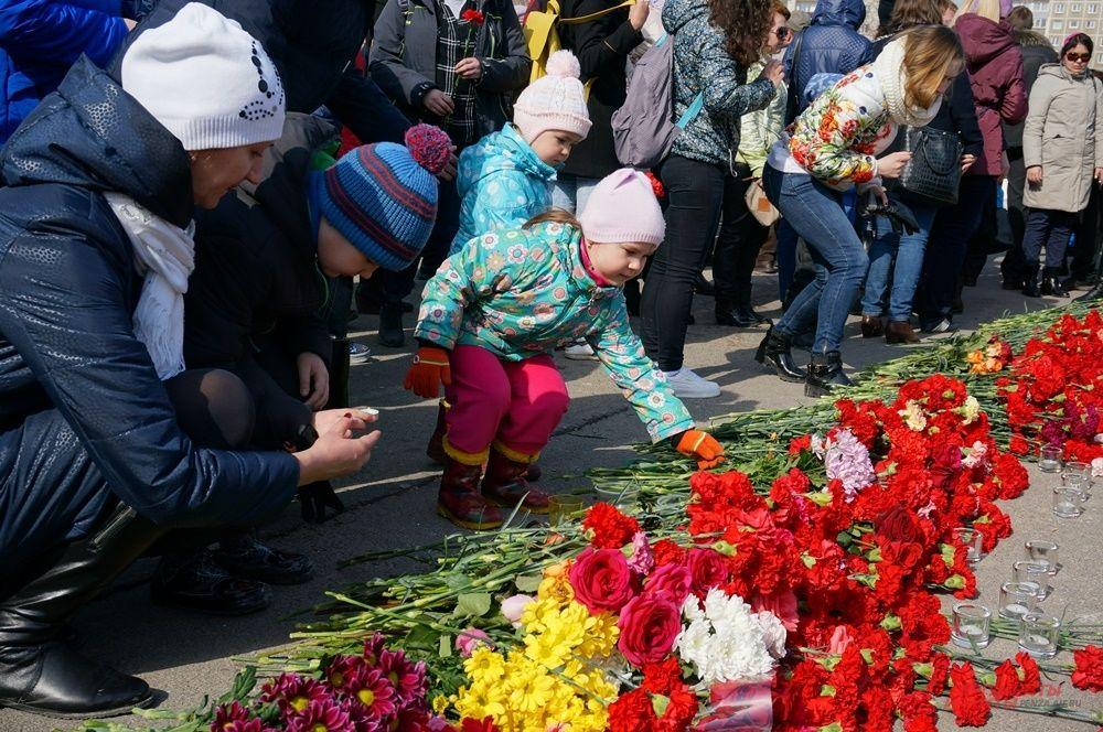 На митинге было много детей. Они вместе с родителями возложили цветы в память о погибших.