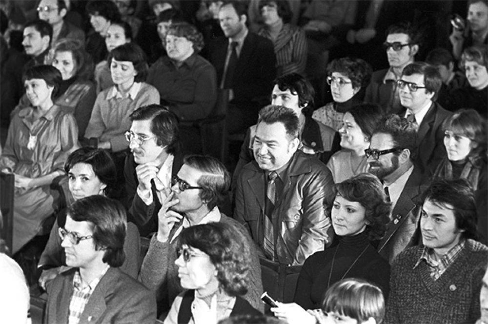 Летчик-космонавт СССР, Герой Советского Союза Георгий Михайлович Гречко  во время концерта. 1980 год.