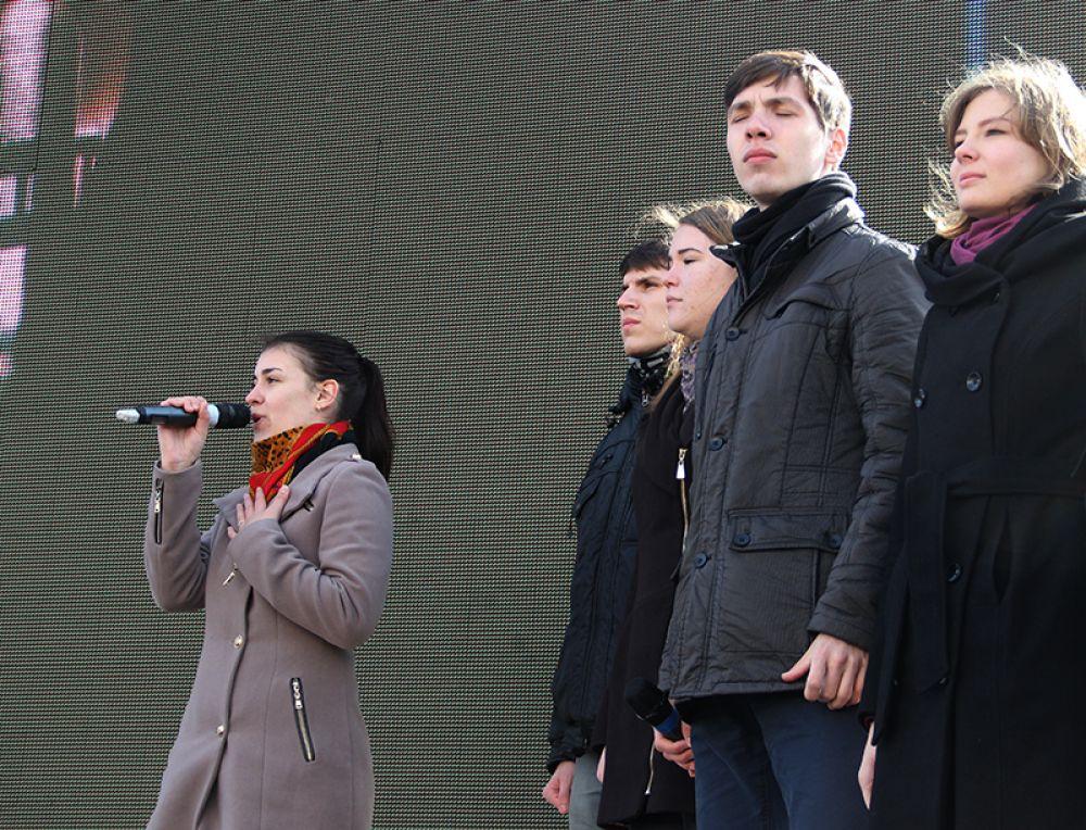Молодёжь исполнила патриотическую песню