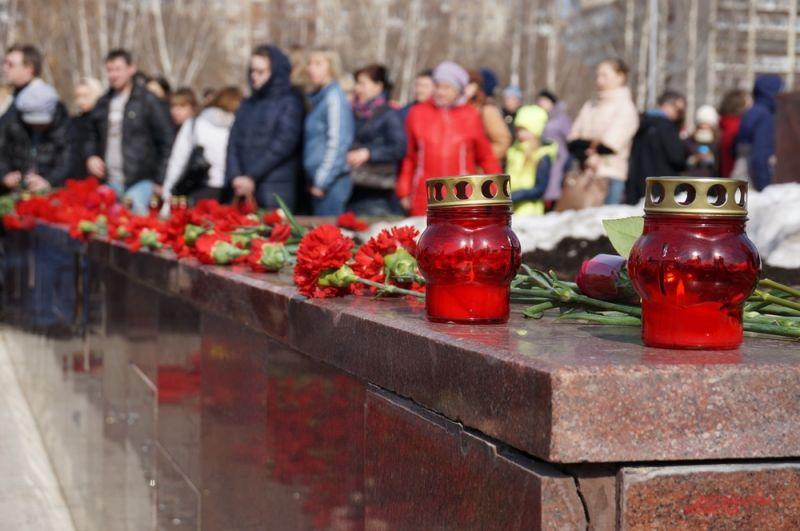 В память о жертвах терактов около мемориала остались гореть свечи.