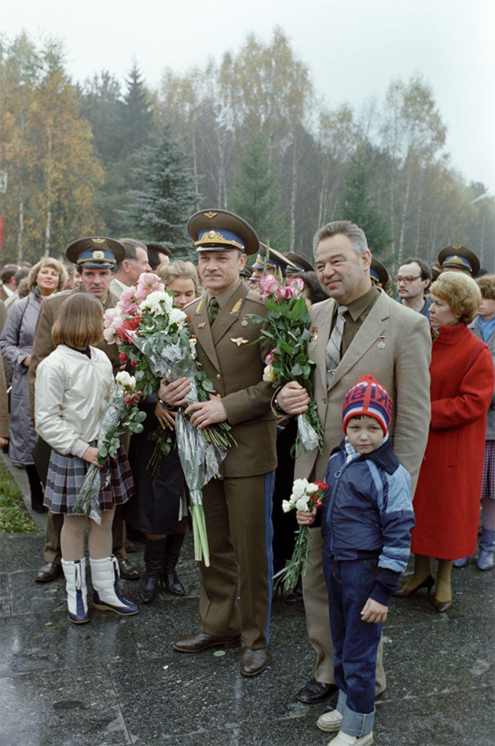 Летчики-космонавты СССР Владимир Джанибеков (на первом плане справа) и Георгий Гречко (на первом плане слева) во время встречи в Звездном городке. 1985 год.
