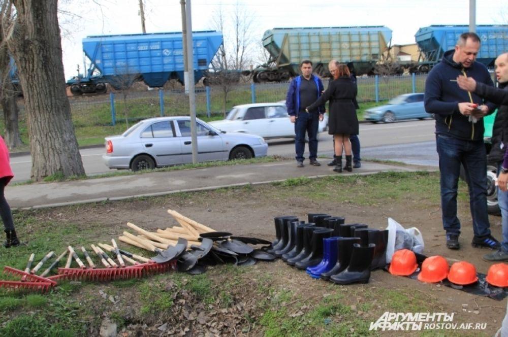 Десант из 100 добровольцев собрался на пересечении улиц Российской и Можайской в Первомайском районе.