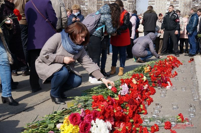 Пермяки трепетно расставляли свечи и поправляли сложенные цветы.