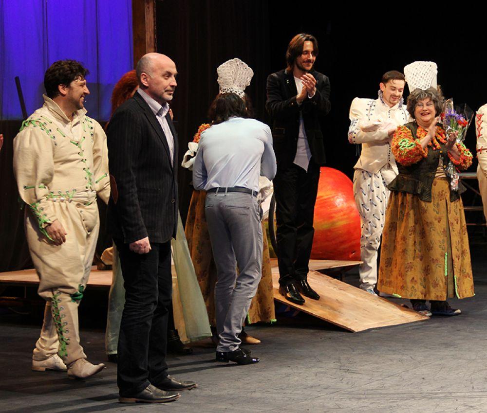 Зрители долго аплодировали не только актёрам, но и режиссёру, и художнику