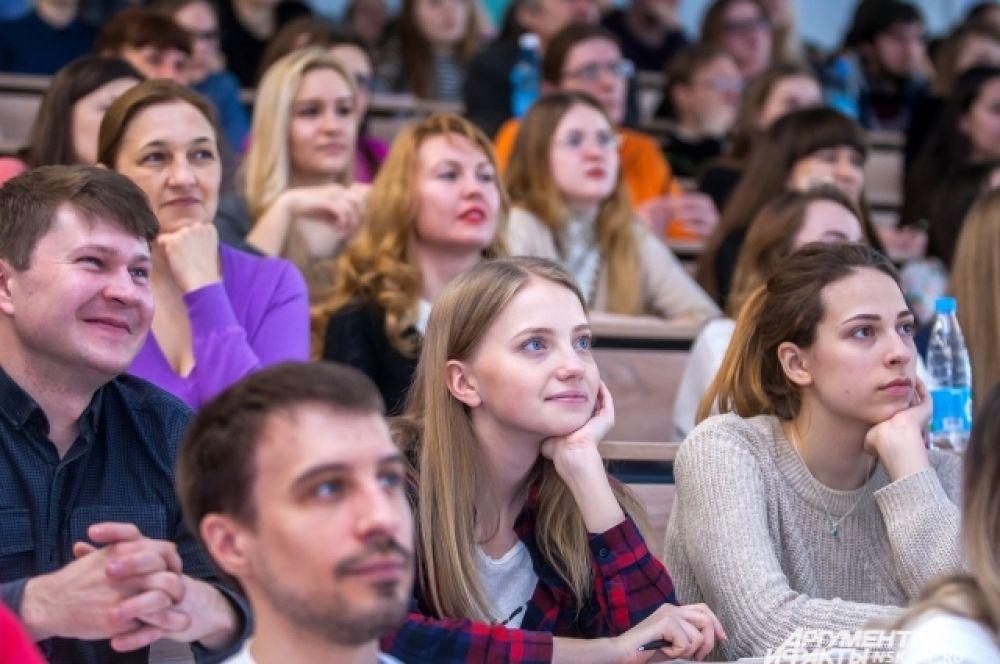 В Новосибирский госуниверситет пришло более полутора тысяч желающих. Люди разместились в 14 аудиториях.