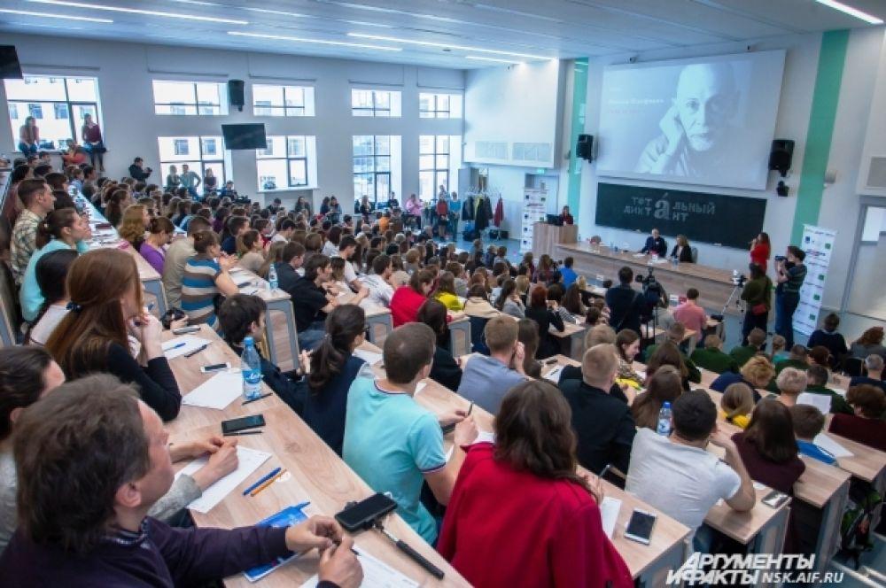 В аудитории, где читал Леонид Юзефович, собралось 450 человек. Те, кто не успел занять места на скамейках, разместились на ступенях и подоконниках.