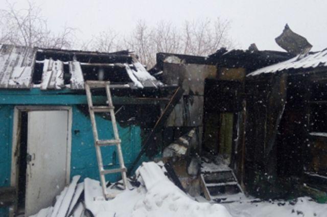 В Салехарде газовый баллон стал причиной пожара в жилом балке.