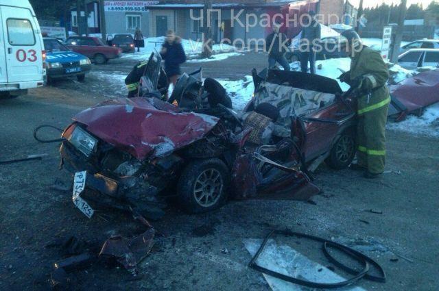 Автомобиль получил очень сильные повреждения, его буквально смяло в гармошку.