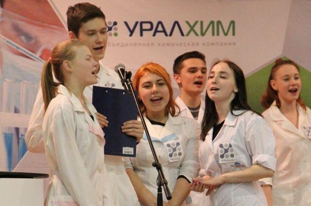 Студенты КИТ подготовили театрализованное выступление, исполнили песню, в которой рассказали о своём желании работать на предприятии.