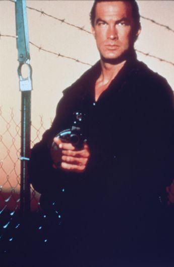 В боевике «Помеченный смертью», вышедшем в прокат в том же году, Сигал сыграл бывшего сотрудника спецслужб Джона Хэтчера.