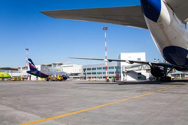 В аэропорту Пулково трап врезался в самолет