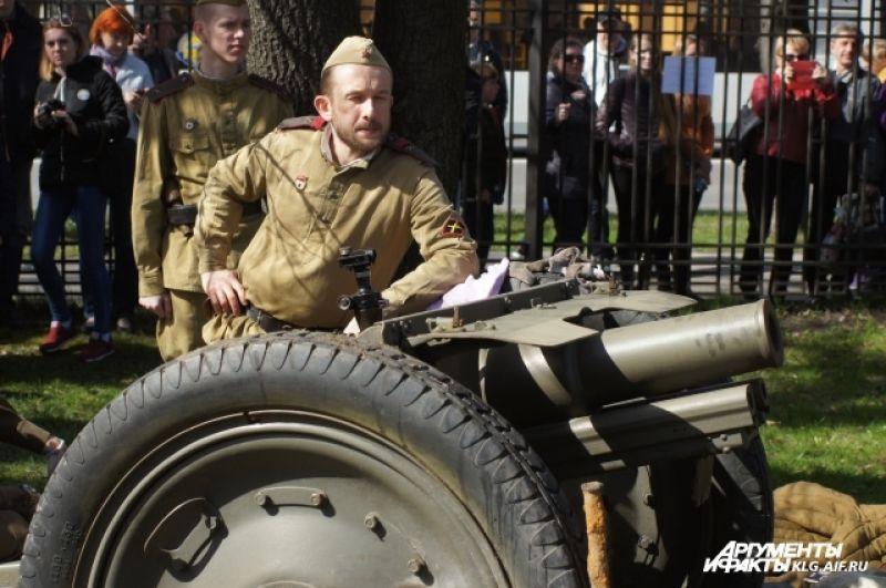 В реконструкции были задействованы два артиллерийских орудия времён Великой Отечественной войны, полковая пушка 1927 года выпуска, а также дивизионная пушка ЗИС-3. Эта 76-миллимитровая пушка была самым массовым орудием, выпускавшимся в СССР в годы войны.