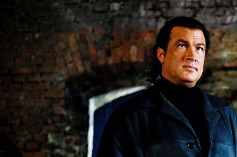 В 2002 году Стивен Сигал принял участие в съёмках фильма «Иностренец», где ему досталось роль тайного агента Koyлда.