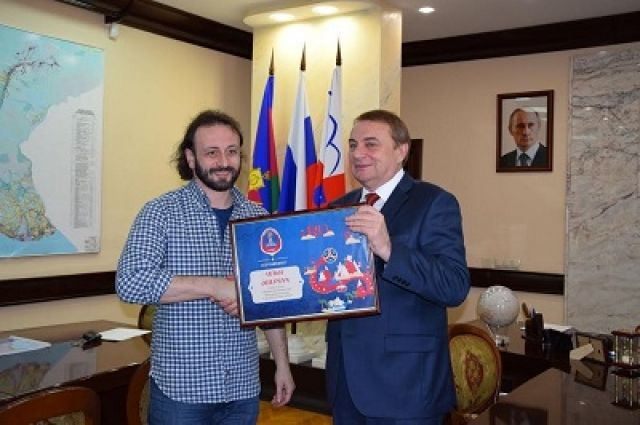 Мэр города Сочи Анатолий Пахомов вручил фигуристу Илье Авербуху удостоверение посла.