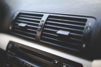 При проверке работы кондиционера в салоне лучше воспользоваться градусником, поместив его в дефлектор.