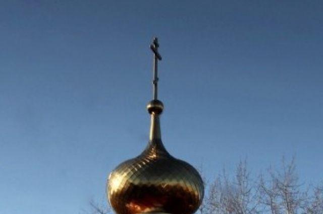 Крест установили на храме Успения Божией Матери постройки 1907 года в деревне Чембакчино.