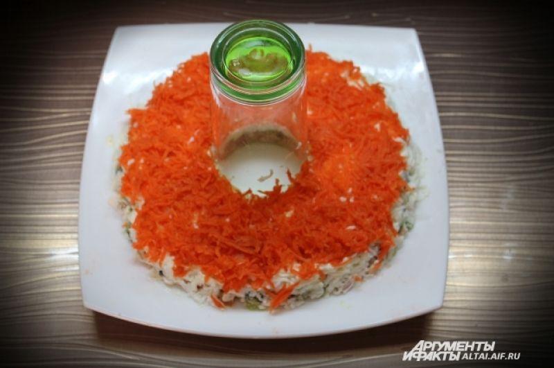Далее натираем на мелкой терке вареную морковь. Смазываем майонезом.