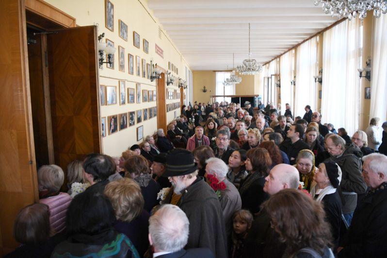Москвичи на церемонии прощания с поэтом Евгением Евтушенко в Центральном доме литераторов в Москве.