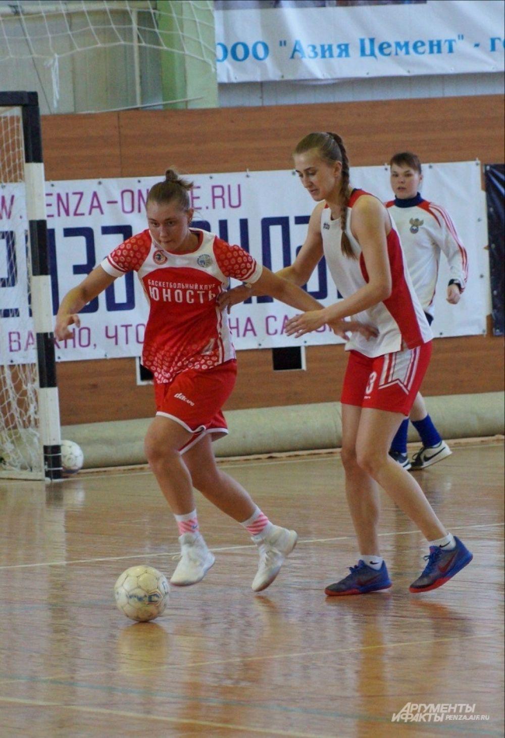 Игрок БК «Юность» Юлия Калугина хороша и на футбольной площадке.