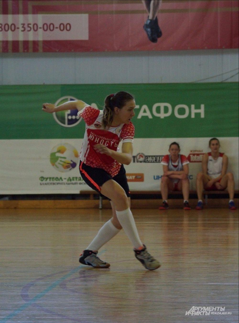 Игрок БК «Юность» Александра Плясова осваивает технику мини-футбола.