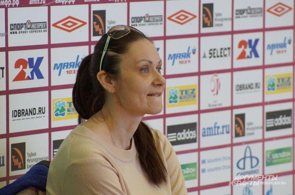 Главный тренер БК «Юность» Татьяна Пашкова с интересом наблюдает за своими подопечными.