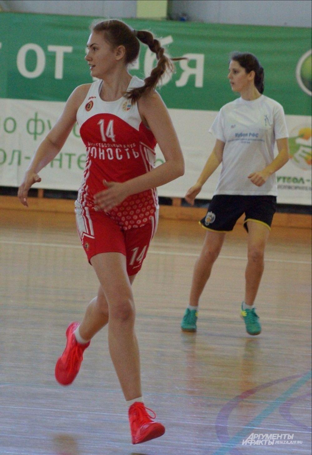 Игрок БК «Юность» Екатерина Петяева старается успеть везде.