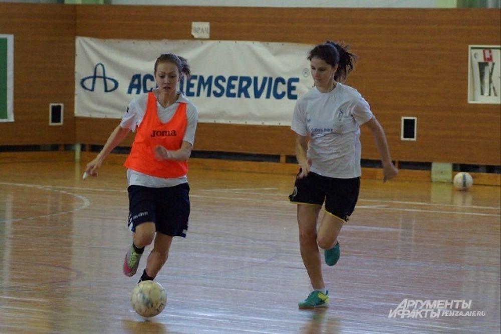 Игроки МФК «Лагуна-УОР» Анастасия Белкова и Мария Самойлова в этом матче играют в разных командах.