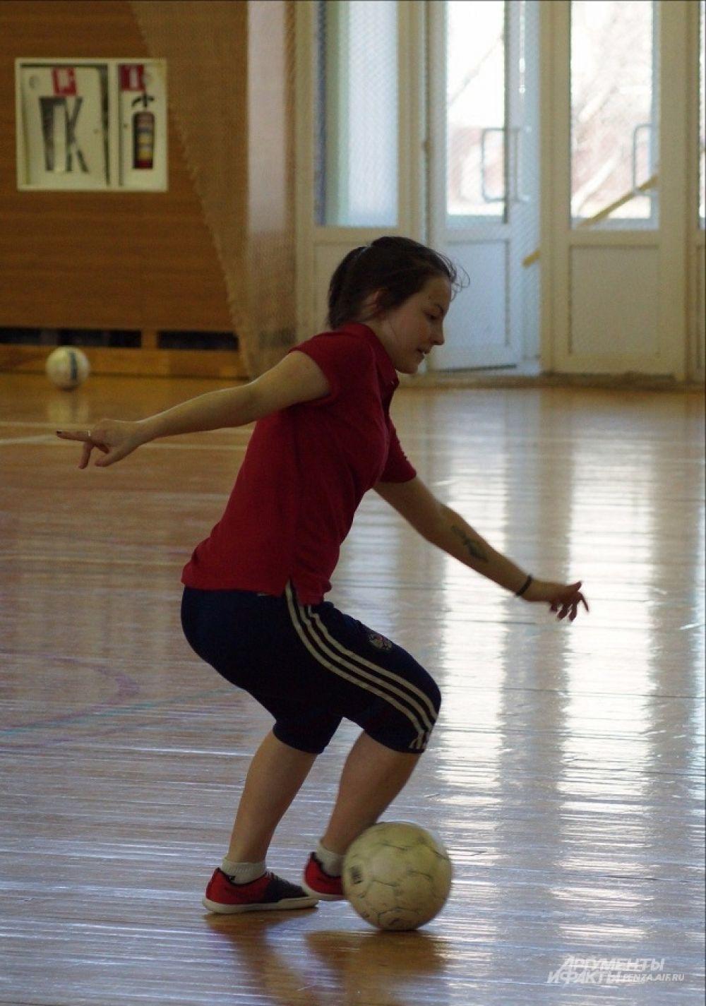 Игрок МФК «Лагуна-УОР» Ольга Тигина оттачивает мастерство.