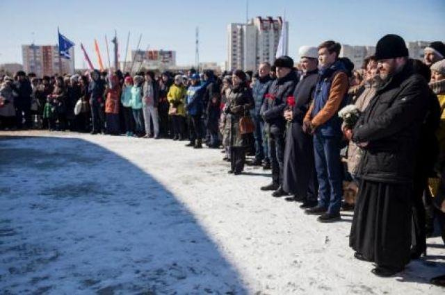 В Сургуте митинг начался с минуты молчания.