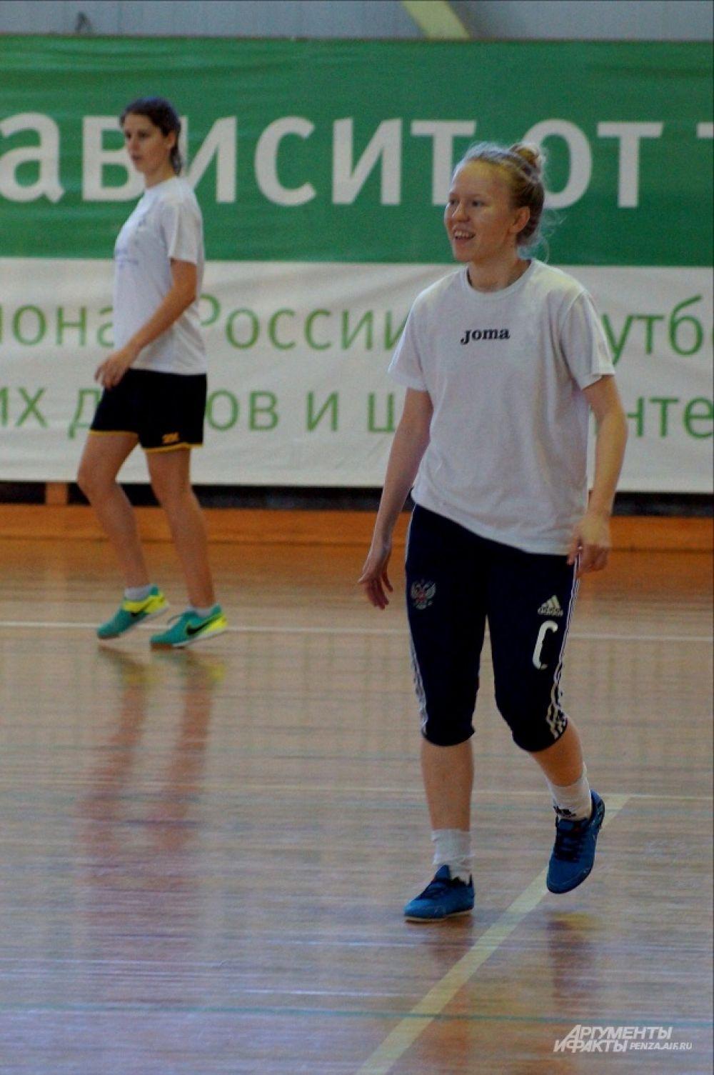 Игрок МФК «Лагуна-УОР» Ксения Олькова не скрывает улыбки - происходящее на площадке ей явно нравится.