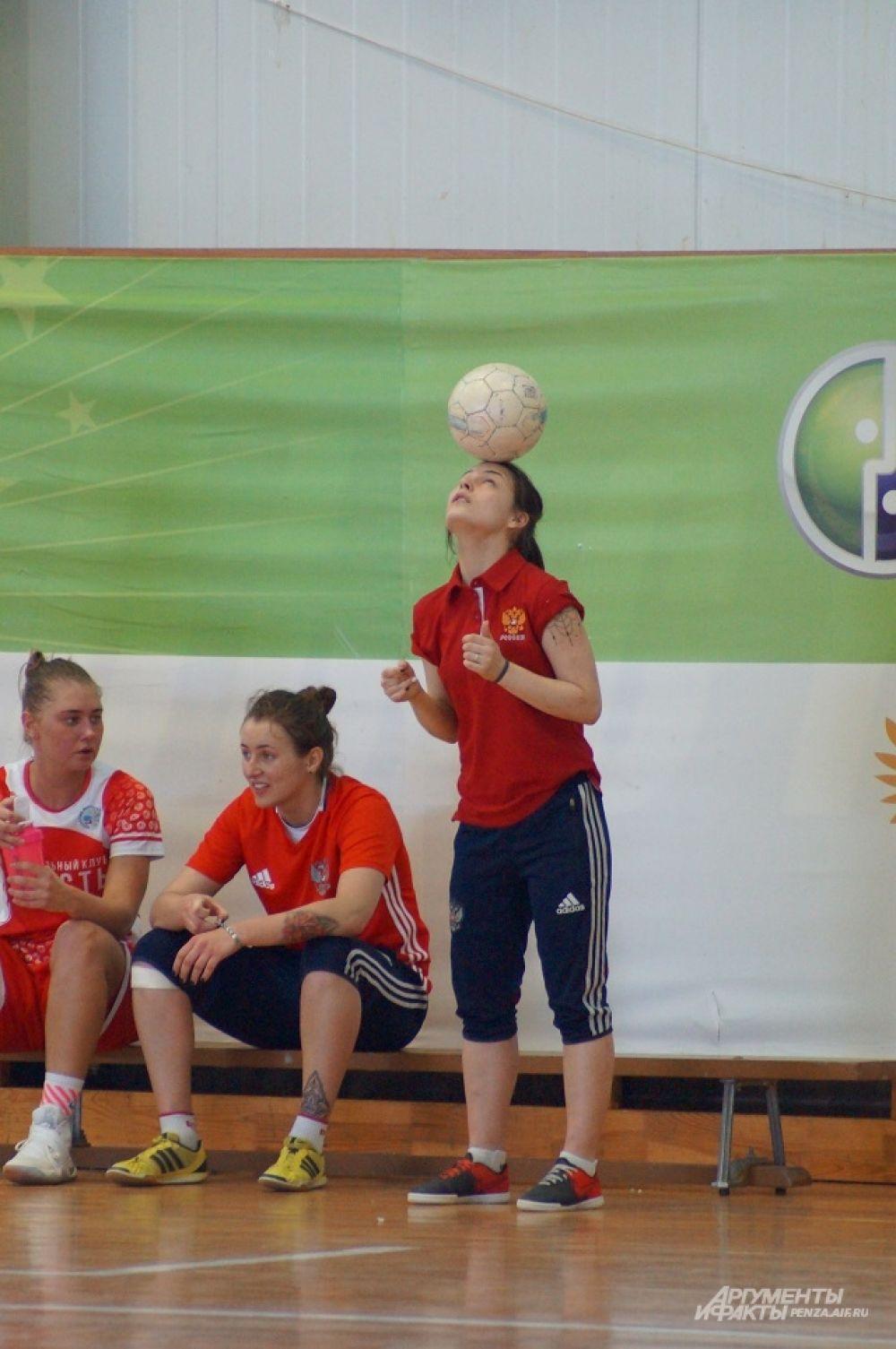 Небольшой мастер-класс для присутствующих от игрока МФК «Лагуна-УОР» Ольги Тигиной.