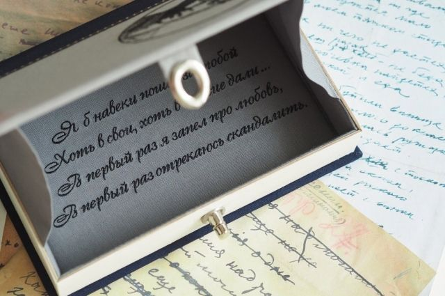 Талантливая девушка придумала множество элегантных «книжек», которые можно носить с собой и открывать их, доставая телефон или зеркальце.