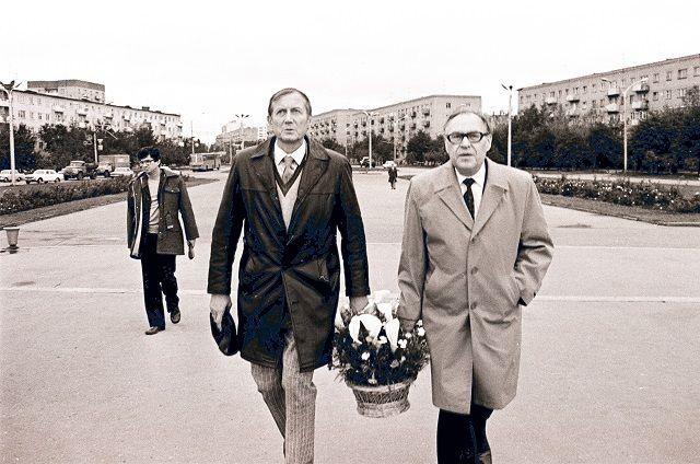 Евгений Евтушенко с Георгом Мясниковым на возложении цветов к Монументу воинской и трудовой доблести пензенцев.